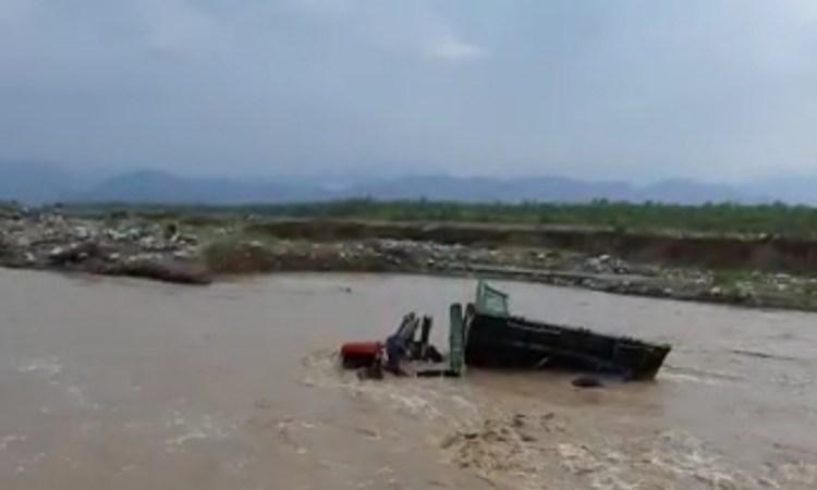 गए थे अवैध खनन रोकने, नदी में डूब गई अफसरों की गाड़ी