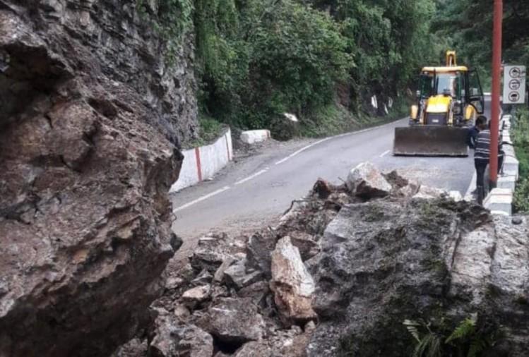 50 मीटर सड़क बही, दून से मसूरी का संपर्क भंग