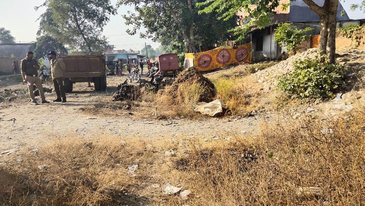 डोईवाला के केशवपुरी बस्ती में झाड़ियों में से एक व्यक्ति का शव बरामद किया। ब्रेकिंग न्यूज़...