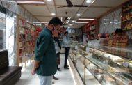 सरकार के कोरोना संक्रमण के चलते मिठाइयों की दुकानों को खोले जाने के दिए गए निर्देश के अनुपालन में एसडीएम ने की छापेमारी ...